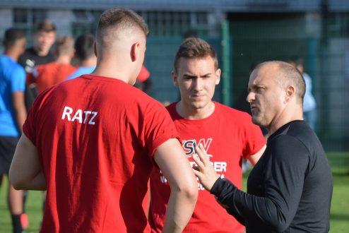 SC-Trainer Alex Bruchhage (rechts), hier im Gespräch mit den Neuzugängen Philipp Ratz und Joshua Becker, erwartet viel von den AUfsteigern in der kommenden Saison.